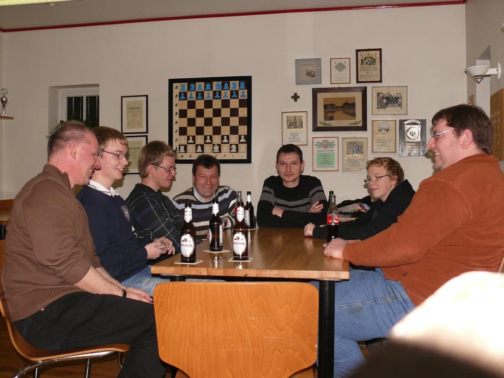 Ausklang im Schachhaus. Es wurde kein Schach mehr gespielt, zur Abwechslung wurden später noch die Karten herausgeholt!