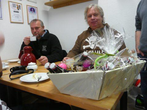 Willi Böckers und Thomas Schuettler (Abteilungsleiter Schach St. Pauli)